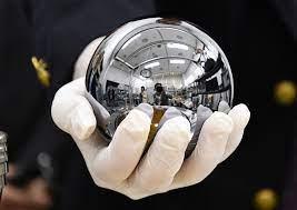 世界で一番真球に近い人工物、キログラム原器のシリコン球が美しすぎるとSNSで話題に